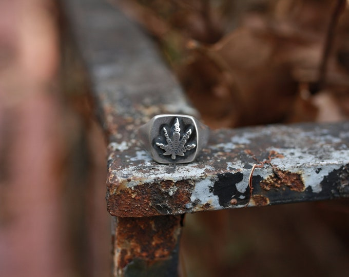 Men's weed leaf signet ring