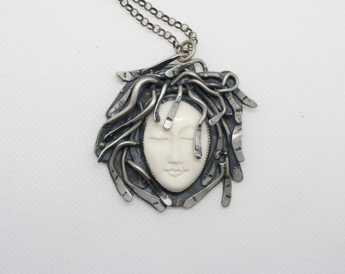 Medusa Pendant Necklace XL in Mother of Pearl