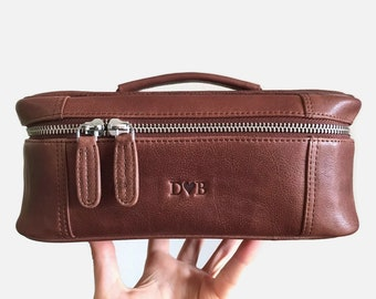 f4011cb52d6f Large toiletry bag - Makeup bag leather - Leather dopp kit - Personalized  wash bag - Leather cosmetic bag - Groomsmen gift - Mens dopp kit