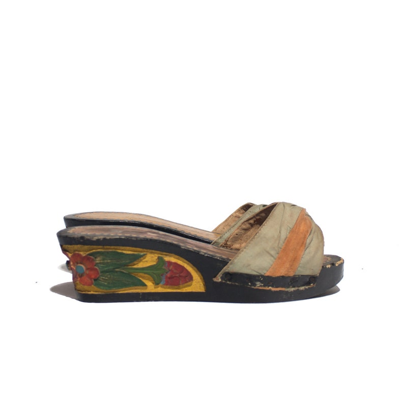0c8e195c6f424 7 -7.5   1940's Carved Wood Wedge Sandals Black and Yellow w/ Red Floral  Print
