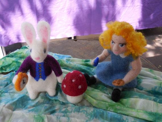Listo para enviar a Alice in Wonderland fieltro muñeca arte