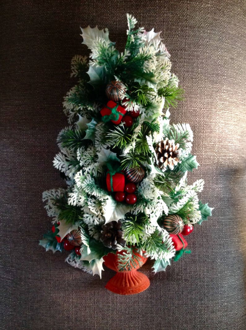 Christmas Tree Wall Hanging 2d Traditional Red And Green White Frost