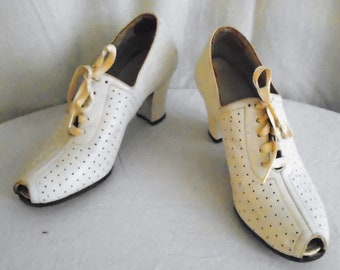 df6224b4be0 Vintage 1930s Shoes White Leather Perforated Pumps Oxfords Open Toe Size 5.5