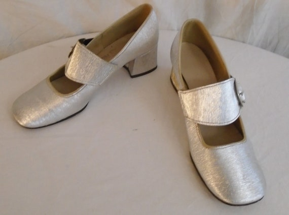 Vintage 1960s Shoes Silver Mod Pumps with Side Buc
