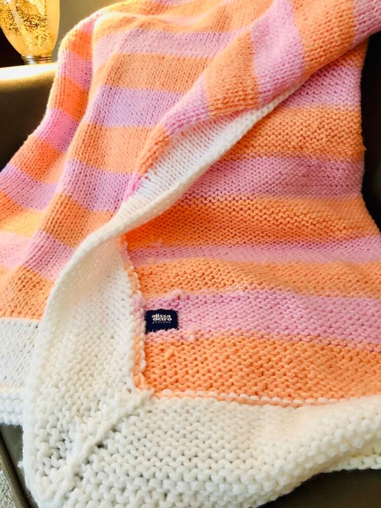 Si le sorbet pouvait être une couverture, c'est à quoi il ressemblerait! Couverture en tricot à la main rayée rose et saumon