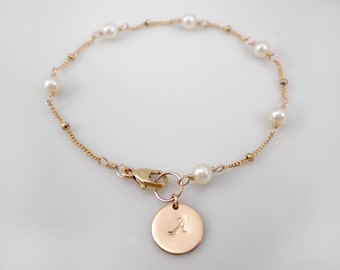 Pearl bracelet with a initial disc, 14k gold filled personalized pearl bracelet, dew drop chain bracelet, bridesmaids gift