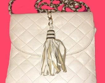 b3bffcacbce7 Very loved white lather quilted tassel handbag - 1980 s
