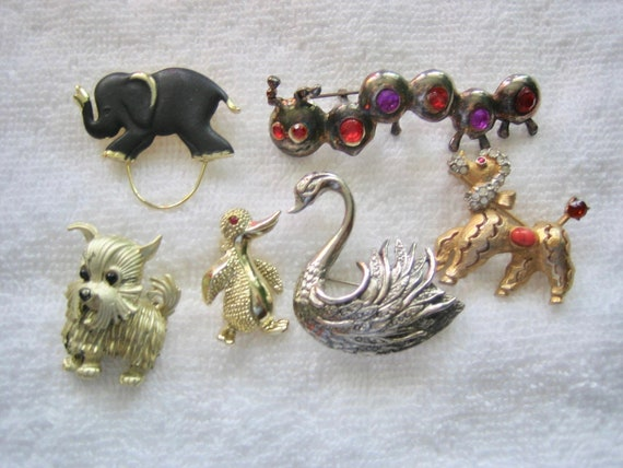 Vintage lot of miscellaneous animal pins and brooches koala bird cat dog horse and a hat! duck fish