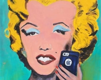 Modern Marilyn (with her cell phone!