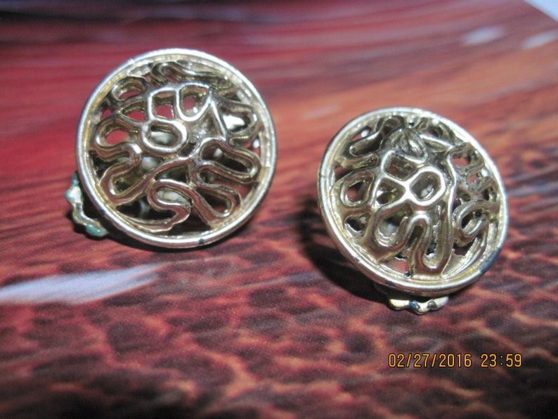 VINTAGE PRETTY Gold Art Deco Open Work Dome Button Style Clip Earrings....#8561