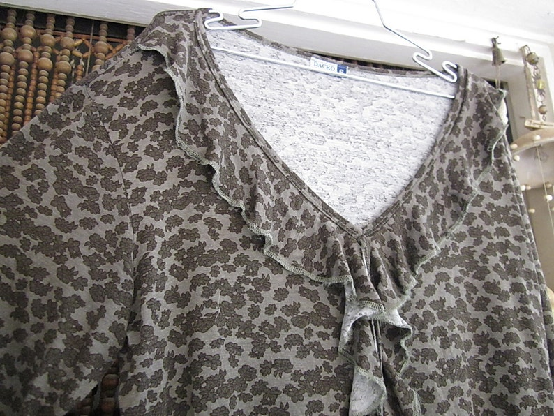 Large to XLarge Frilled Front Long Sleeved Silvery Gray Top with Tiny Floral Prints in Steel Gray Vintage