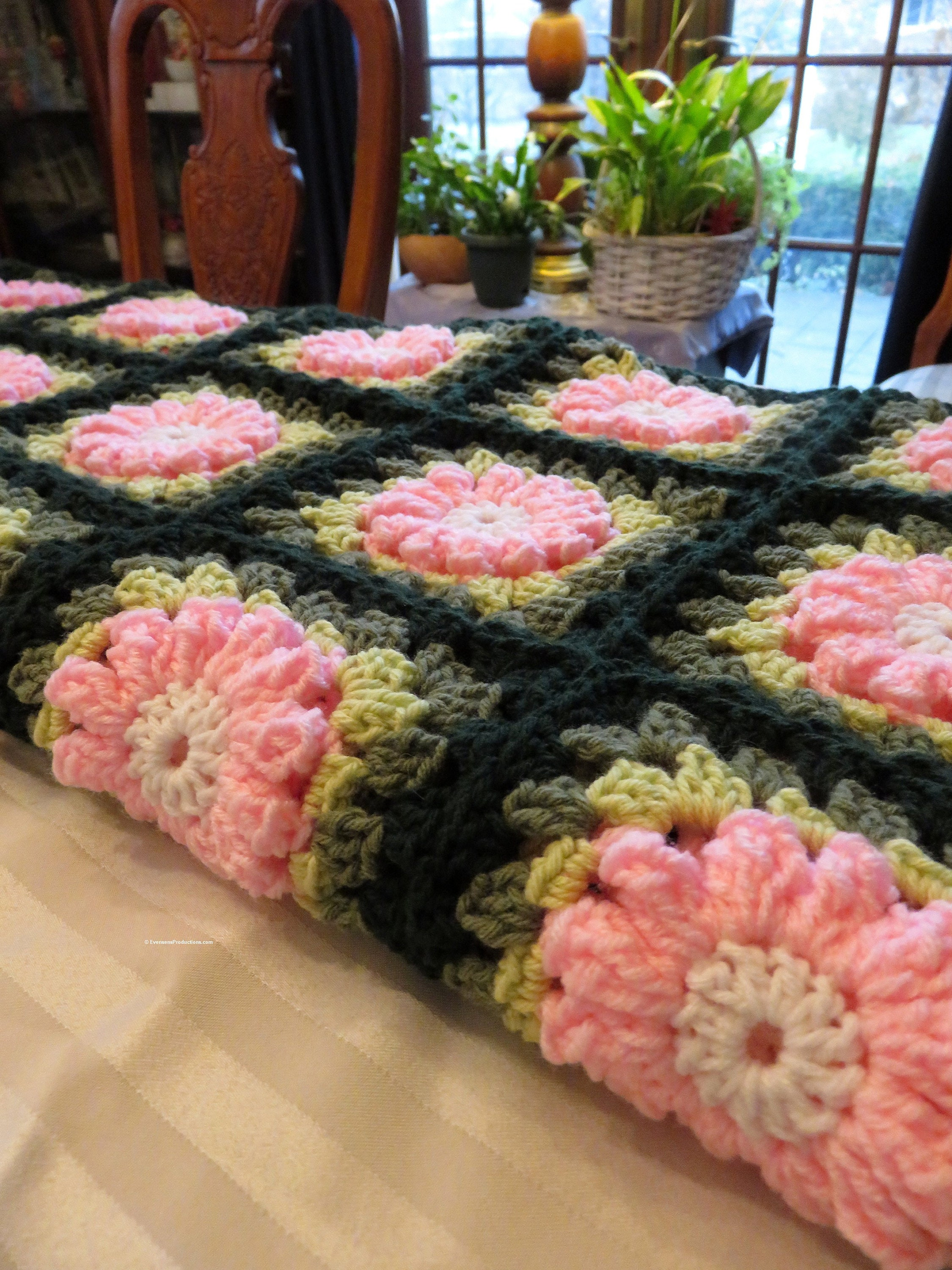 """Nouvelle grande couverture afghane - Pink Crocheted Raised Flowers on Green - Couch Bed Dorm Room Wedding 72""""x62"""" - Designed Hand Made USA Item 5283"""