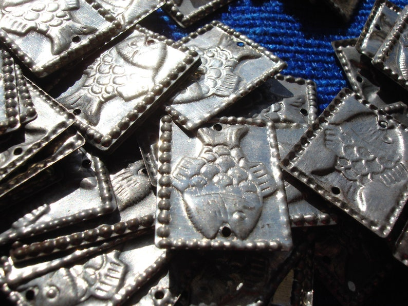 two holes 20 x 25mm 100 x  embossed silver colour rectangle fish discs