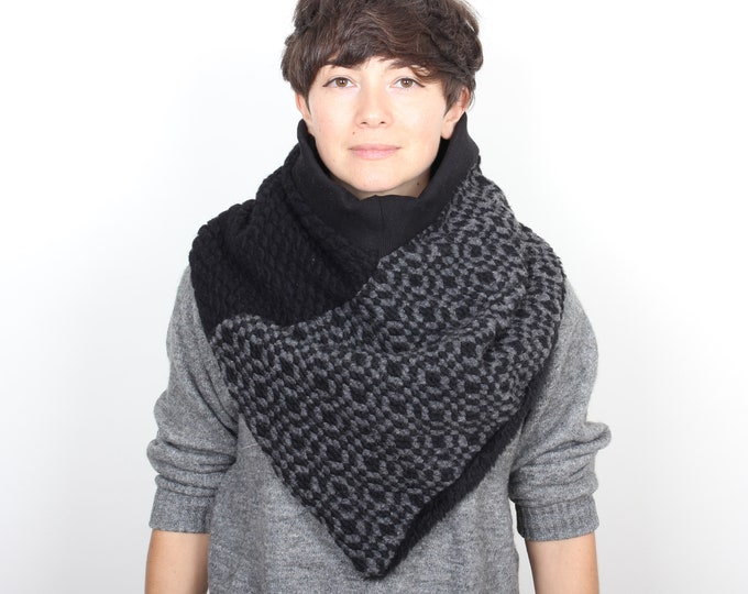 Outlet - Chunky knit wool triangle scarf lined with black cotton