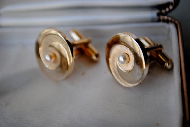Made by Country Club. combine metal swirl design cufflinks with a tiny pearl Mod vintage 50s goltone
