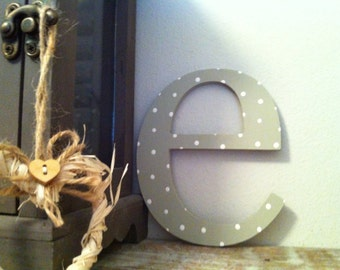 Handpainted Wooden Wall Letter - Distressed - 'e' - New Times Roman - lowercase -  5 inch