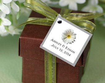 100 White Daisy Favor Tags.  Wedding favors