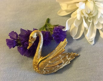 Swan Brooch Vintage Gold Tone Metal Swan Pin Nicely Detailed Design Bird Lovers Gift Cute Scarf Lapel Sweater Bag Pin Nature Themed Jewelry