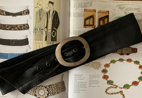 Vintage belt | black leather | soft leather | metal clasp | sixties | large buckle | oval shaped