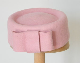 462afd6c690b4 pink pillbox hat  Jackie O hat  pink felt hat  Kate M pillbox hat  Audrey  hat  formal pink hat  50s hat