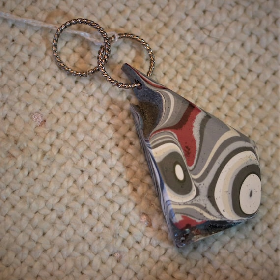 Fordite pendant, maroon gray white, silver twisted jumps bail, 16ct