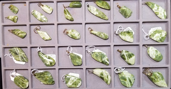 Serpentine, 28 pendants, dark and light lime green, various bails