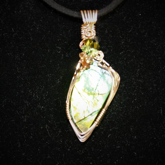 Ammolite Pendant (Opalized Ammonite Shell), green gold, 8 faceted beads, 23.5ct
