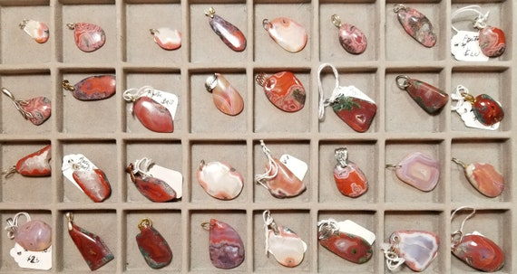 Agates, Mexican and Inca Vein, 32 pendants, black red white green