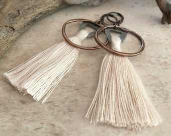 Omímeya Tassel earrings in sugarcane pink organic linen | hammered copper circle hoop