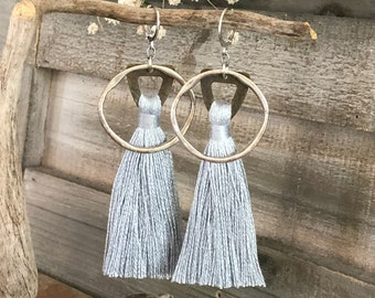 Omímeya Tassel earrings in light gray organic linen | hammered silver circle hoop