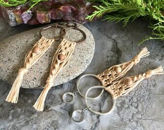 Omímeya   Macrame Tassel earrings in organic linen - yew wood bead