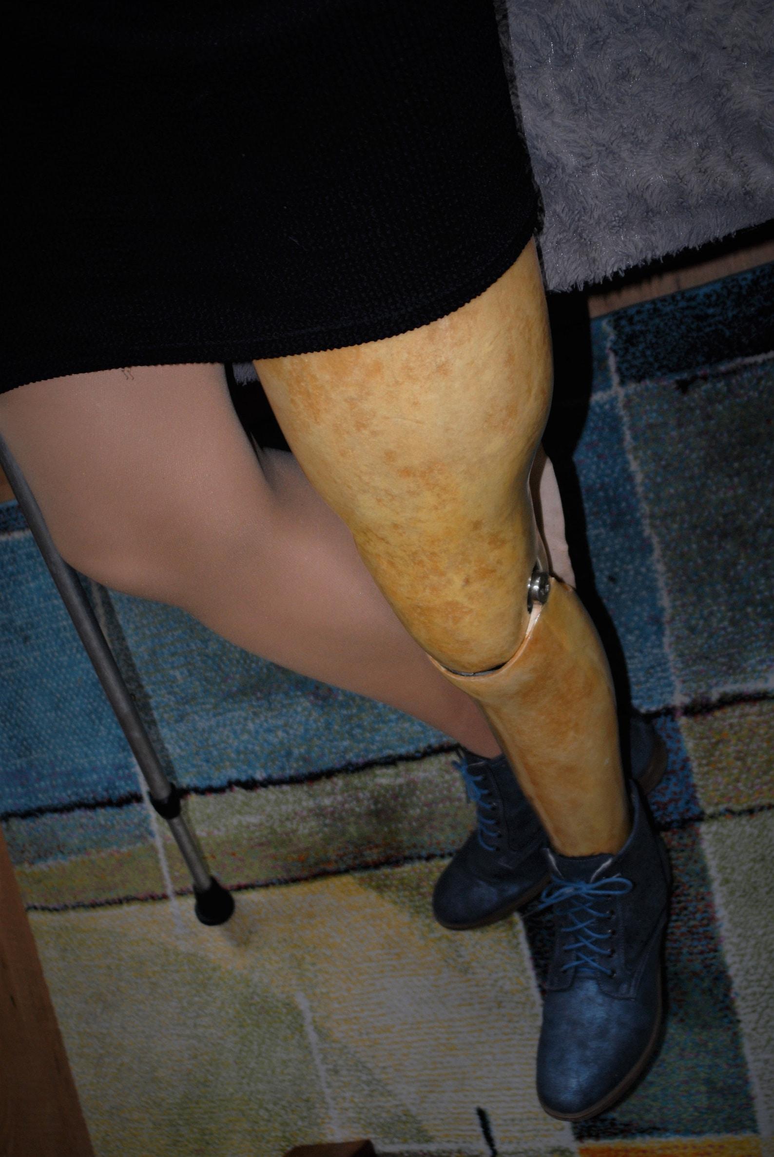 Heiße deutsche Frauen Holz bein Prothesen bein über Knie
