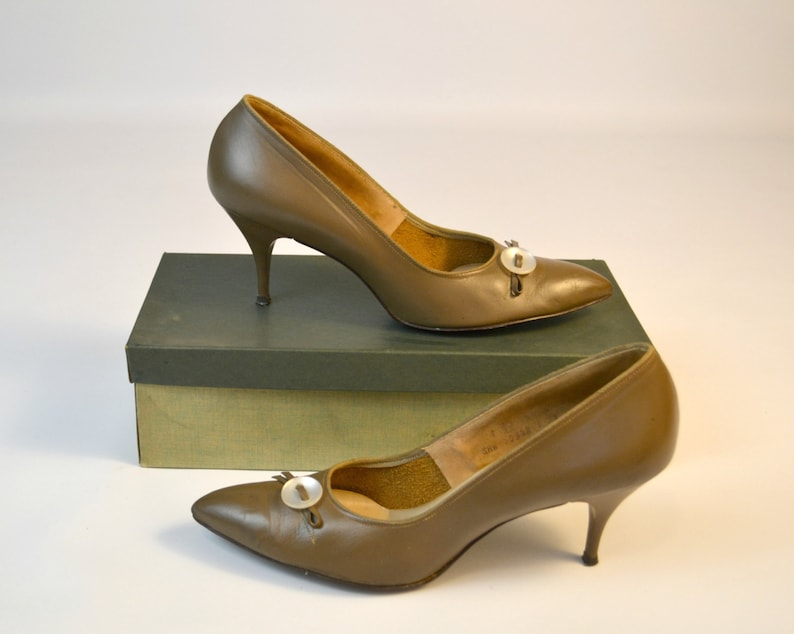 1960s Bow Knot Otter Beige Pumps by Trim Tred Creative image 0