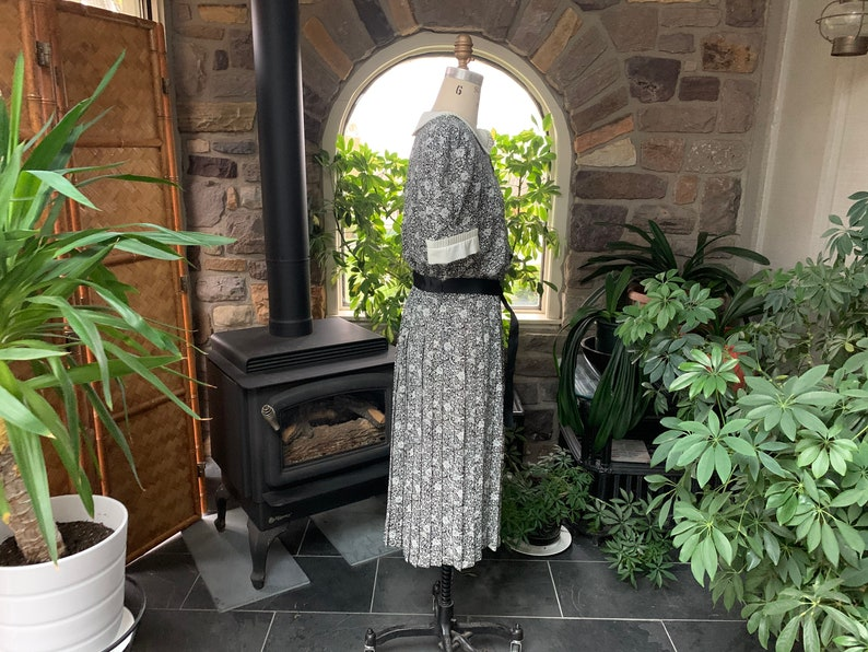 Vintage 1980s Black and White Floral Pleated Dress Large Shoulder Pads Liz Roberts Eighties Black and White Flower Dress