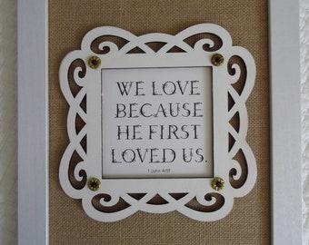 Cadeau anniversaire de mariage-cadeaux nous amour parce qu'il nous a tout d'abord aimés Christian Wall Decor Christian Art mural 1 John 04:19 toile de jute blanc or noir