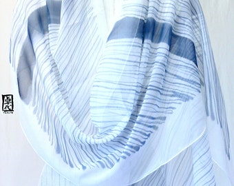 0d7883b5fa29 Foulard en mousseline de soie, soie Takuyo en soie peinte soie étole, châle  blanc, bleu foulard en soie, écharpe de Zen de rayures bleu marine, à la  main.