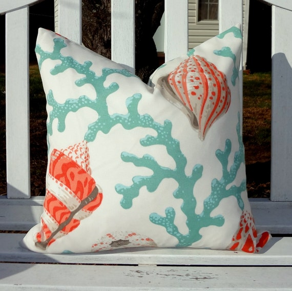 Beach Hut azul con azul y rojo raya backcushion Cubierta