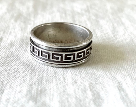 A lovely large studio style spinner design 925 silver band vintage jewelry dress ring with a center moving Greek key pattern band 11.4 grams