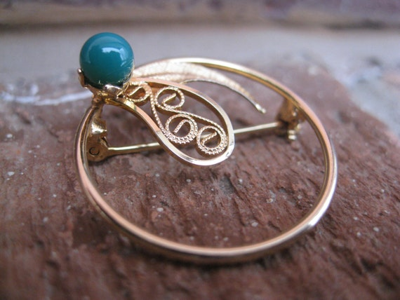 Delicate Vintage Brooch, With Turquiose Green Stone. 1970s Vintage. Gold Tone