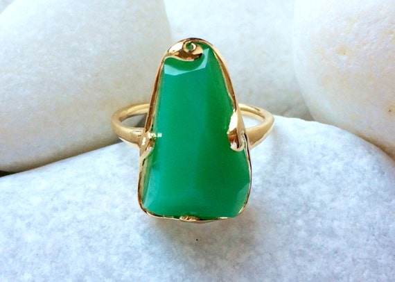 Chrysoprase and solid 18k gold wave ring