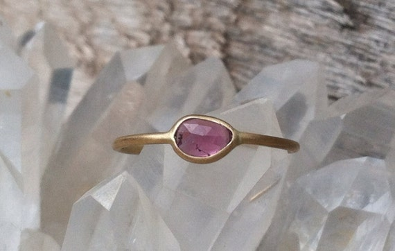 Dark Pink Sapphire / Ruby and 18k gold ring. (Unheated sapphire)