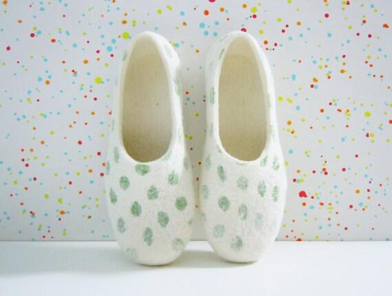 Feutré pantoufles pantoufles pantoufles de couleur d'été à pois vert. 22a7b4