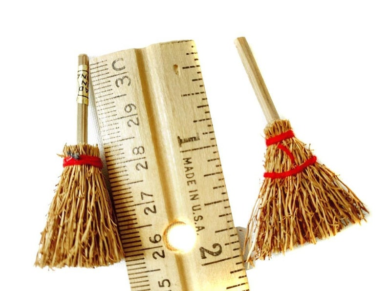 1:12 Scale Dollhouse Miniature Straw Broom