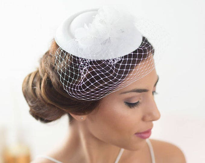 White bridal hat, factinator hat, veil hat, pillbox wedding hat, bridal fascinator, vintage bride headpiece, birdcage hat, Bridal mini hat