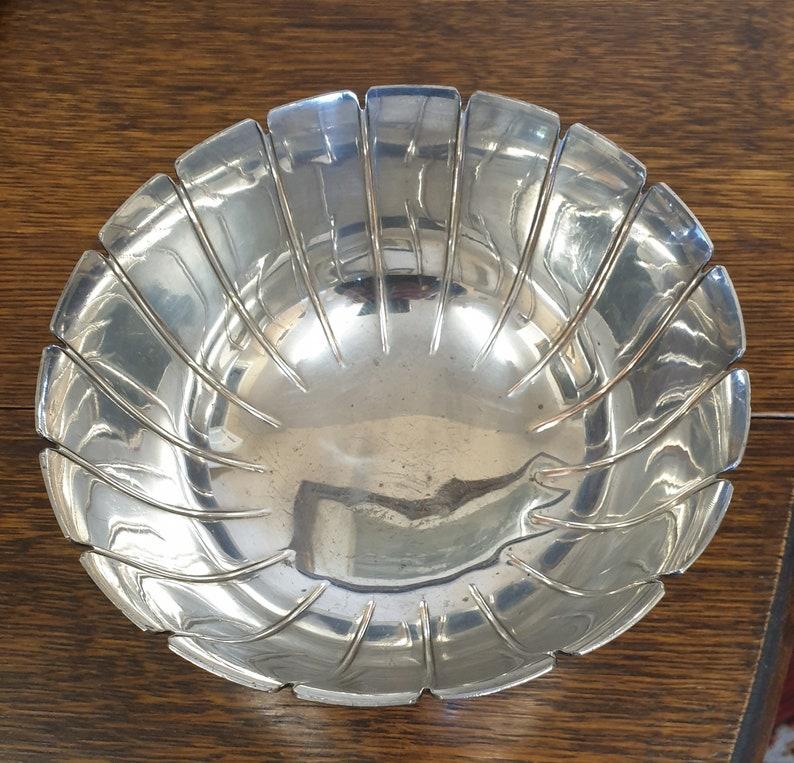plaque dargent antique sur le cuvette en cuivre