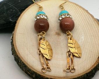 Boucles d'oreilles ethnique et pierre de soleil avec turquoises et feuille ou plume or, cadeau pour elle