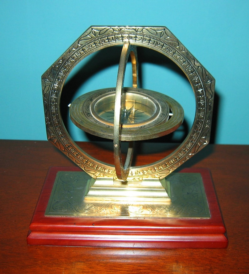Gorgeous Brass Gimbal MARINER/'S COMPASS from the Noble Collection on Cherry Base
