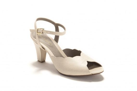 size 40 8deb6 d736c Adina Vegan Brautschuhe, Creme Absatz Hochzeit Sandale mit einem  Vintage-Flair