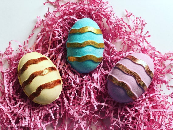 Easter egg surprise bath bomb