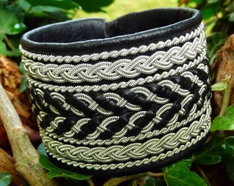 Viking leather cuff, HULDRA tennarmband, black wide handmade Sami bracelet with pewter braids